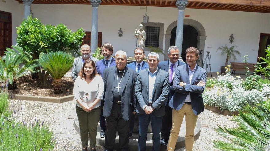 Asistentes al acto de presentación de este miércoles en La Laguna, con Fernando Clavijo entre ellos