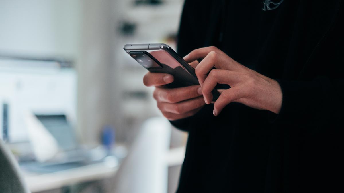 Un usuario utiliza un teléfono móvil