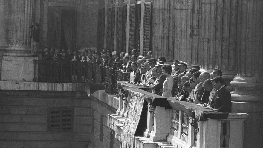 Madrid, 01/10/1971.- El Jefe del Estado, Francisco Franco, acompañado de su mujer, Carmen Polo, de los Prícipes de España, Juan Carlos y Sofía, y demás personalidades se ha dirigido a la multitud que se ha congregado en la Plaza de Oriente para participar en el homenaje a Franco en sus 35 años como Jefe de Estado. EFE/rba