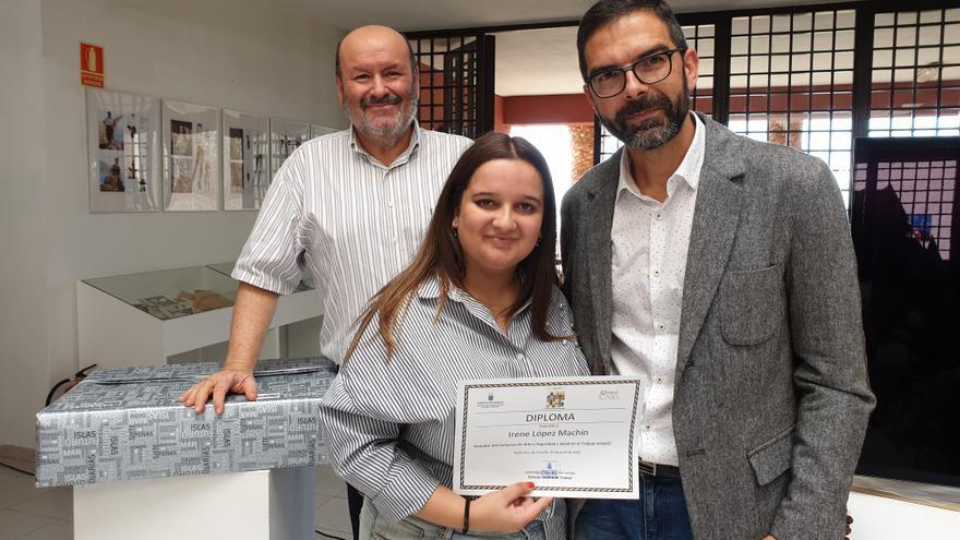 Entrega del premio a la estudiante palmera Irene López Machín.