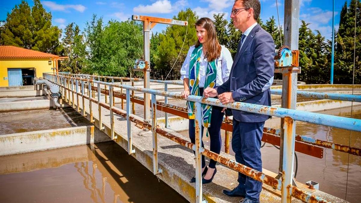 El alcalde de Pozoblanco, Santiago Cabello, visita la depuradora.