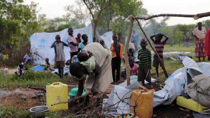 Refugiados sursudaneses recién llegados al asentamiento de refugiados de Imvepi. A las personas se les asigna una parcela de tierra y se les provee de láminas de plástico, bidones y herramientas para construir una casa y tienen que reconstruir su vida por sí mismos. Fotografía: Atsushi Shibuya/MSF