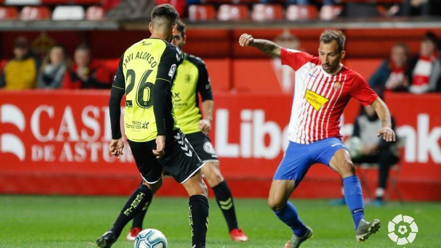 Imagen del choque Sporting-Tenerife en El Molinón.