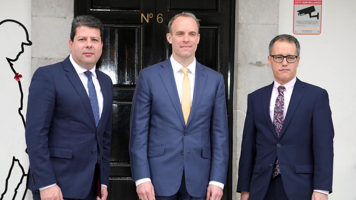 El primer ministro de Gibraltar, Fabian Picardo, junto al ministro británico de Asuntos Exteriores, Dominic Raab, frente al Peñón.
