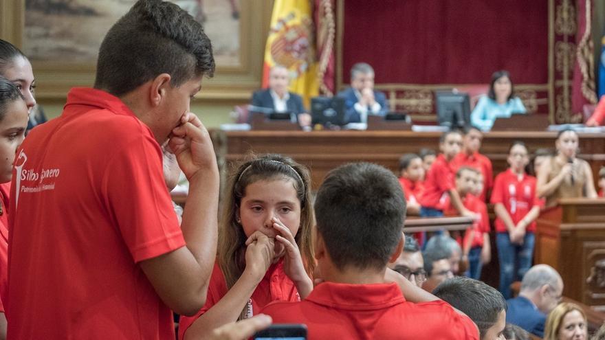 Demostración de silbo gomero con escolares este martes, en la Cámara regional