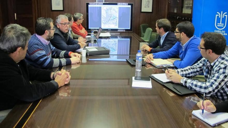 En la imagen, reunión celebrada en la sala de consejeros del Cabildo donde el técnico redactor del plan de Zona Comercial Abierta de Breña Alta dio a conocer los aspectos fundamentales del documento.