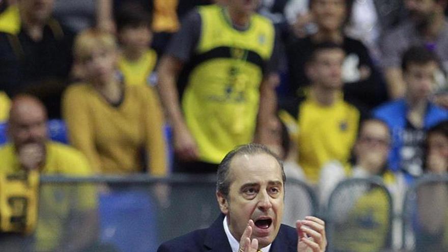 El entrenador del Iberostar Tenerife, Txus Vidorreta, durante el partido frente al Real Madrid, correspondiente a la 24ª jornada de la Liga Endesa. EFE/Cristóbal García