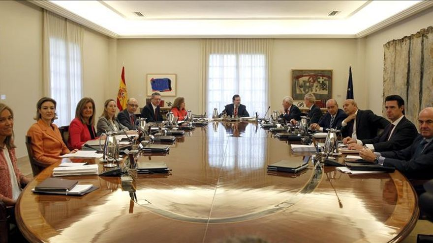 Rajoy convoca a sus ministros para tramitar la abdicación
