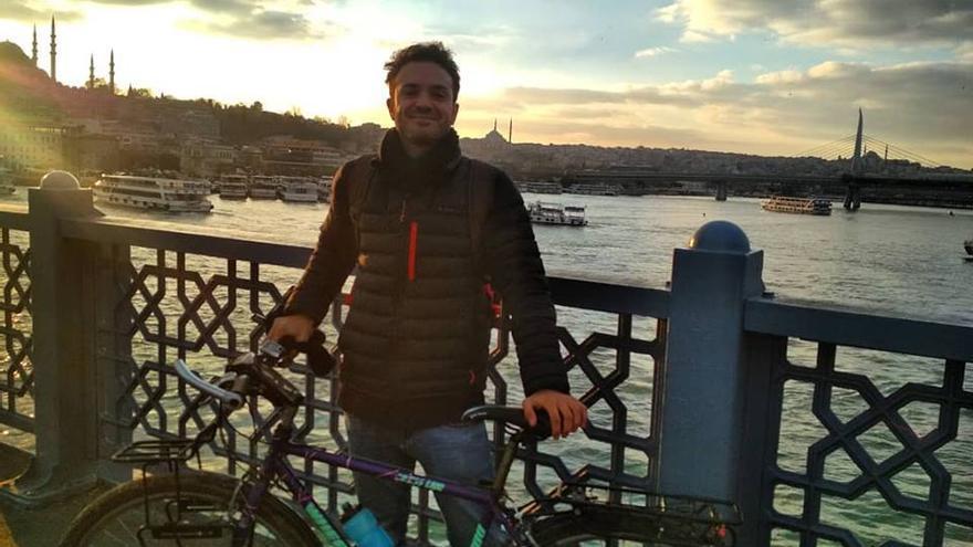 Javier con su bici en Estambul