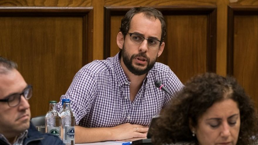 El portavoz de Podemos, Miguel Montero, en un pleno del Cabildo de Gran Canaria