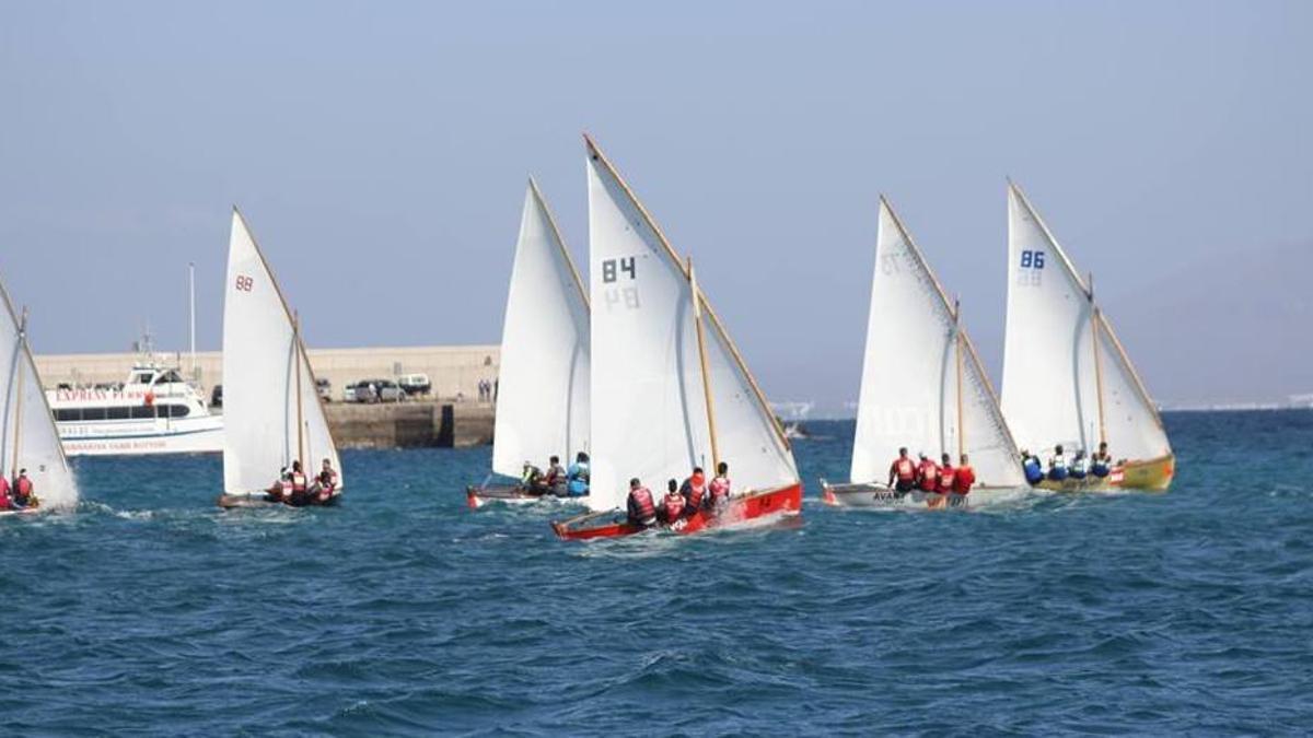 Imagen de una regata de vela latina.