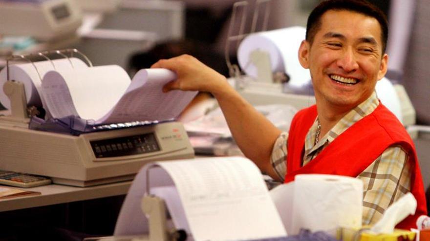 La Bolsa de Hong Kong sube un 1,6 % a media sesión