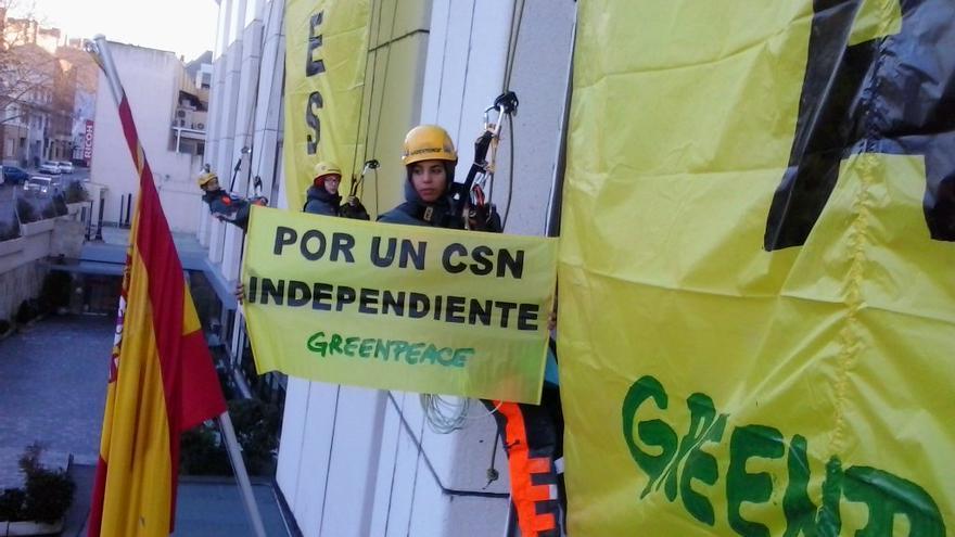 Los activistas, colgados del edificio del CSN / Foto: Grrenpeace