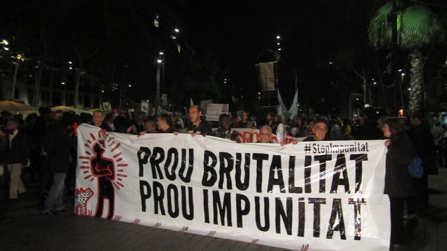 Centenares de personas se manifiestan en el Raval de Barcelona por la muerte del empresario