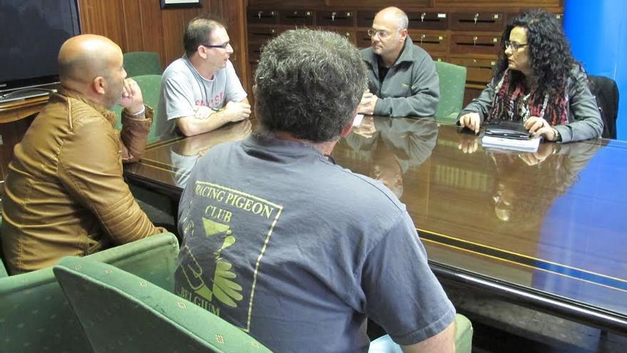 En la imagen, un momento de la reunión mantenida por la consejera insular de Medio Ambiente con representantes de de las asociaciones de colombofilia de La Palma.
