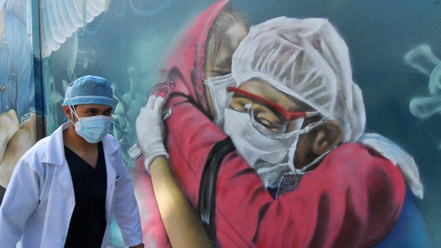 Un médico con alas de ángel recuerda a héroes contra la covid-19 en Bolivia