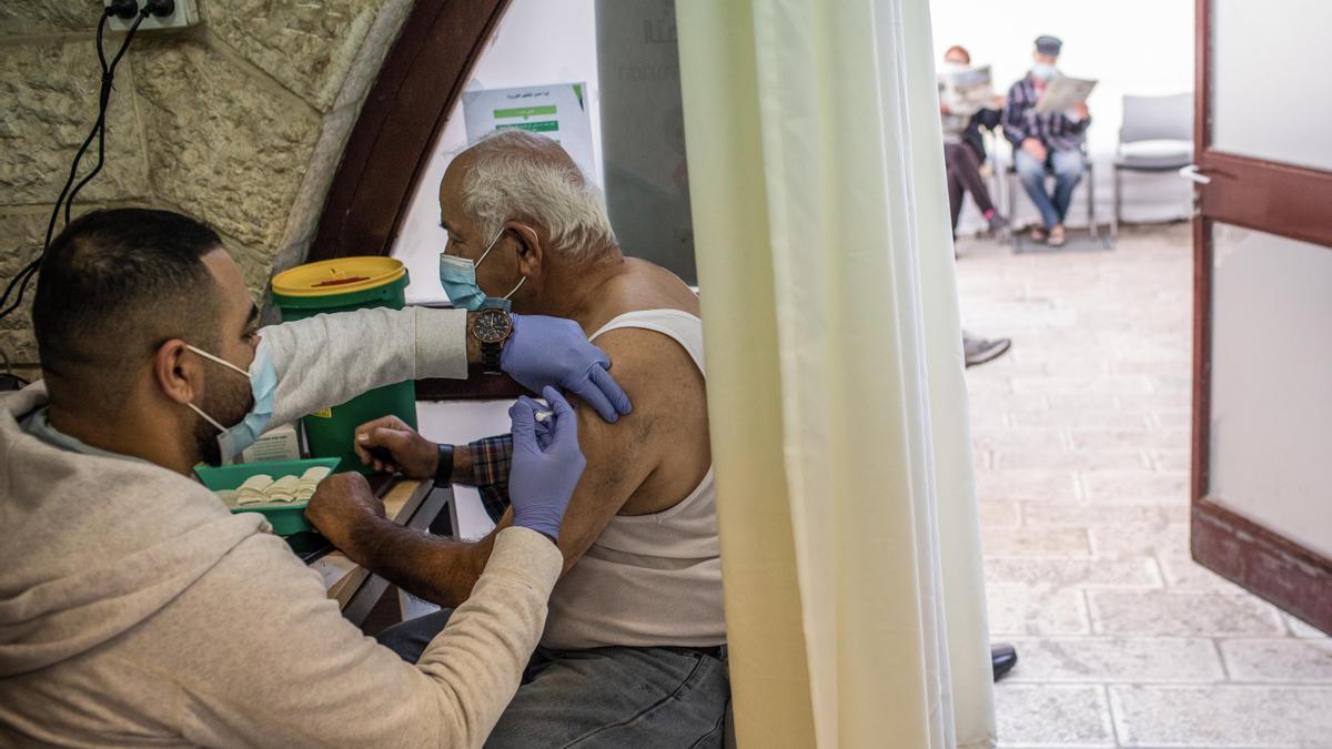 Un hombre recibe una dosis de la vacuna contra el coronavirus en un centro de vacunación en Jerusalén.