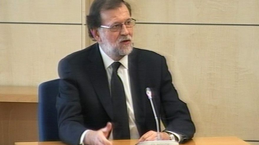 """Rajoy niega conocer una caja B y sobresueldos y vio """"razonable"""" dejar a Bárcenas un coche del PP y una sala"""