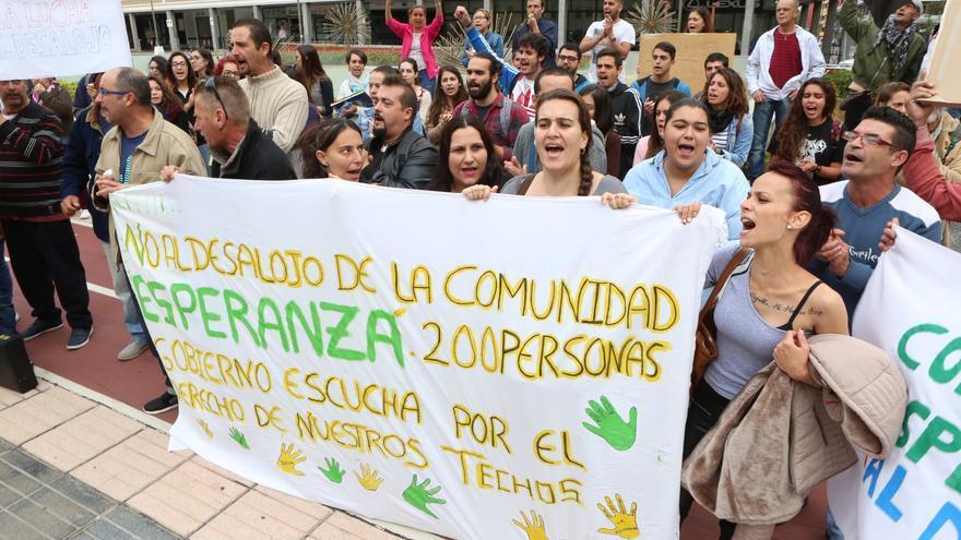 Concentración de los vecinos de 'La Esperanza' frente al Gobierno de Canarias