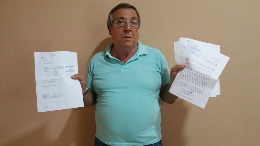 Juan Manuel González muestra la documentación presentada. Foto: LUZ RODRÍGUEZ