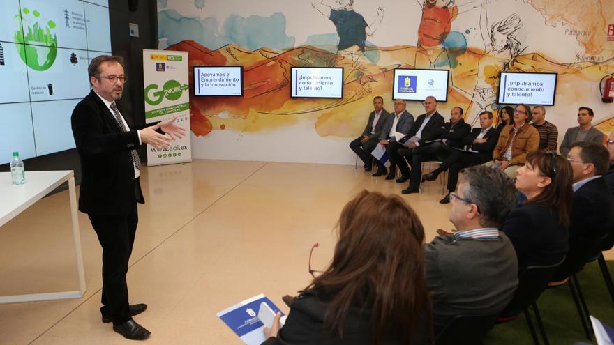El consejero de Energía del Cabildo de Gran Canaria, Raúl García Brink, durante la reunión mantenida con los alcaldes de los municipios grancanarios en Infecar.