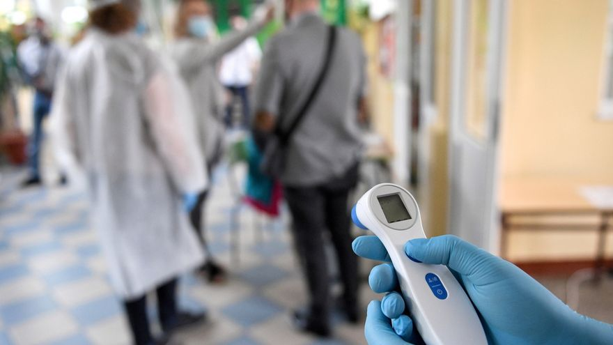 Un sanitario con un termómetro.