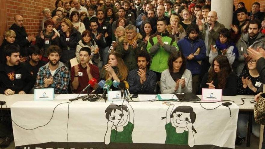 Los jóvenes, arropados por decenas de estudiantes y amigos, en un acto en la Universidad.