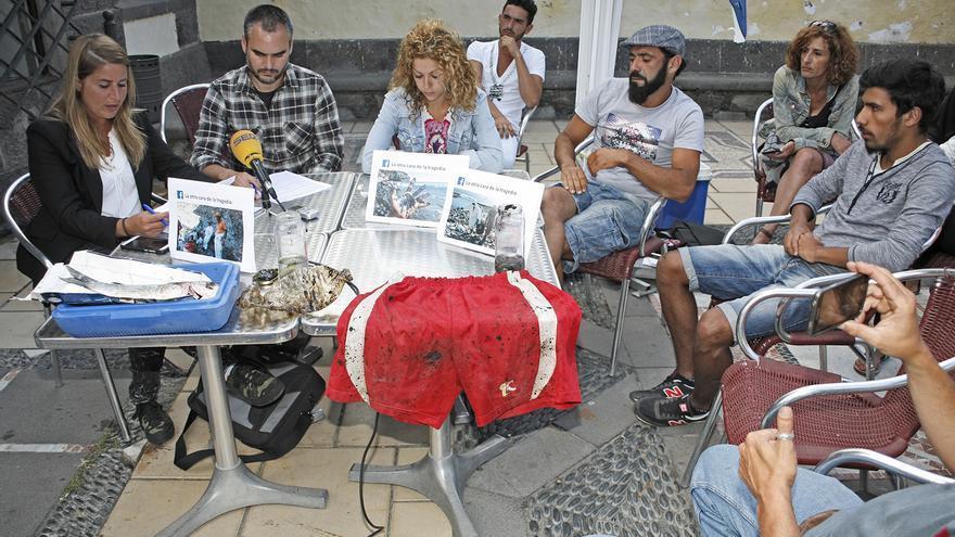 Voluntarios que han participado en la recogida de fuel del 'Oleg Naydenov' en la costa oeste de Gran Canaria. (Foto: Alejandro Ramos)