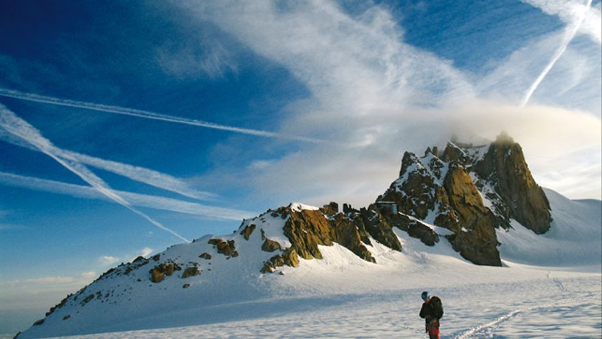 Cirros formados por las estelas de condensación de aviones (Valleblanco, Chamonix).