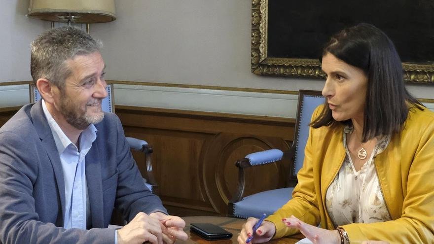 Javier Ceruti y Gema Igual durante su reunión en el Ayuntamiento de Santander.