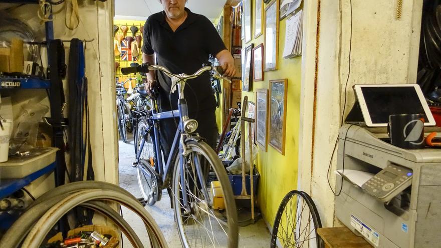 Una tienda de reparación de bicicletas en Estocolmo.