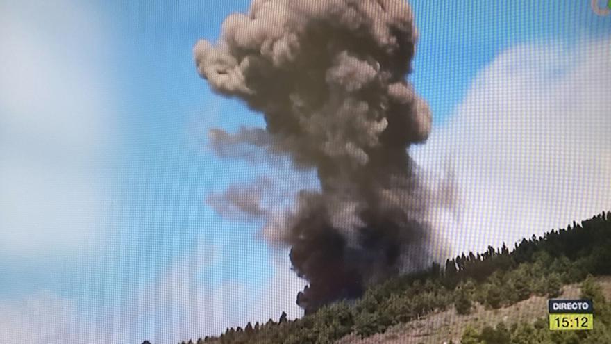La erupción retransmitida por la televisión canaria, desde Montaña Rajada en el municipio de El Paso.