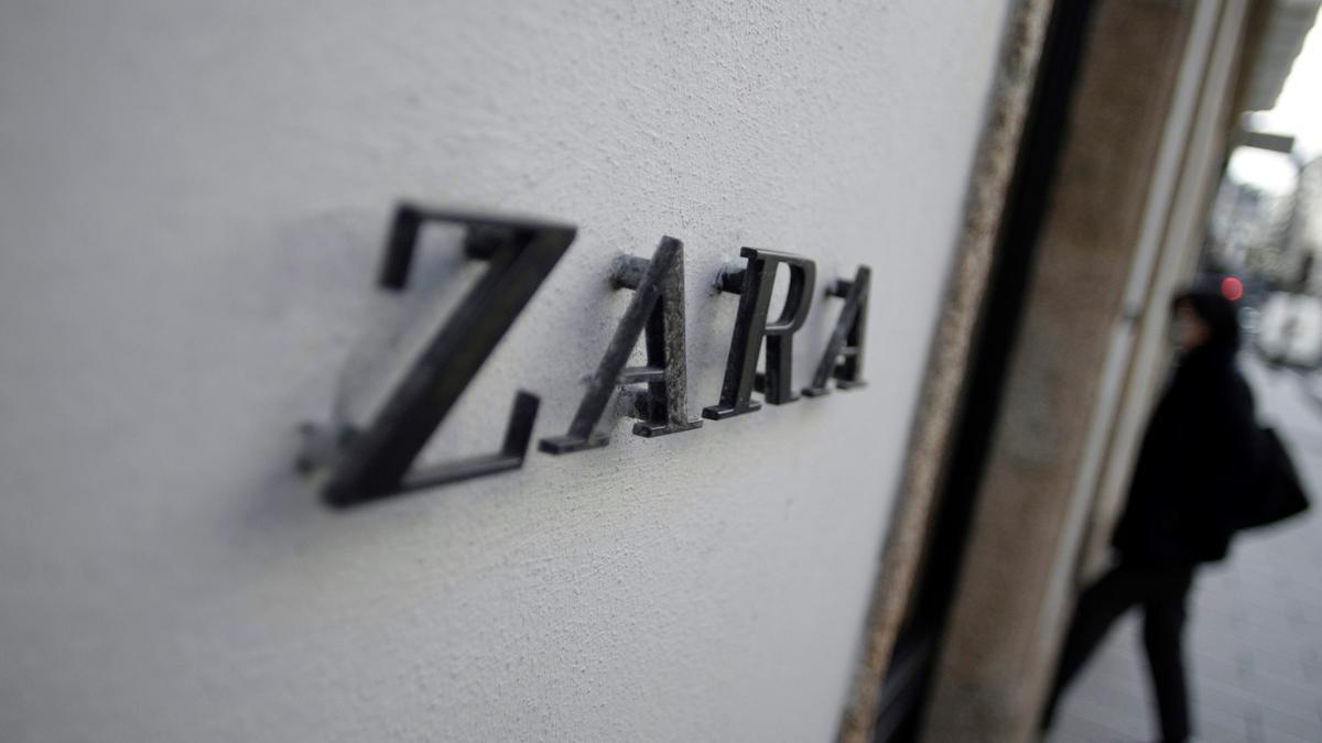 Una mujer entra en una tienda de Zara en A Coruña. EFE/ Cabalar/Archivo