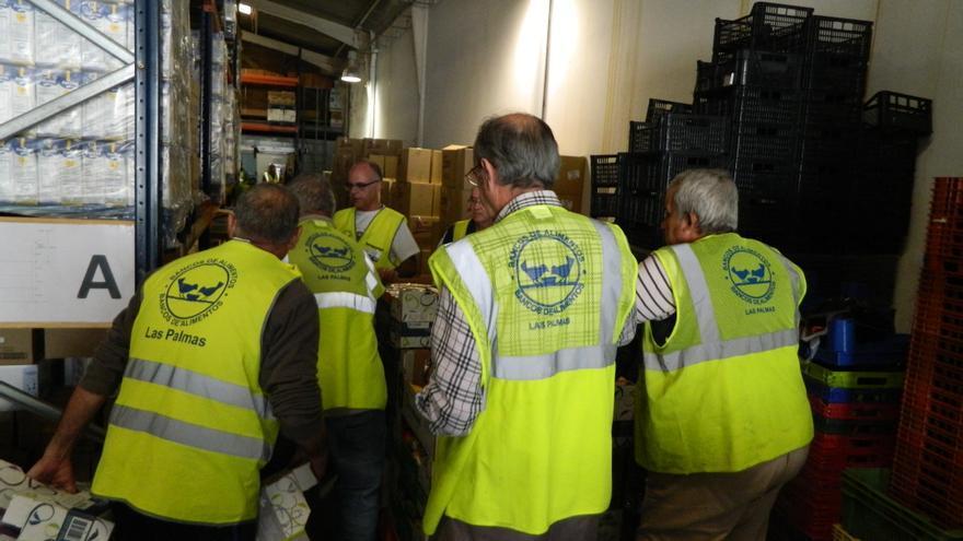 Voluntarios del Banco de Alimento coordinando el reparto de alimentos en el almacén.