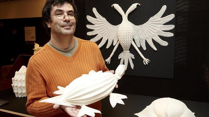 Un español rescata el antiguo arte de levantar esculturas con servilletas