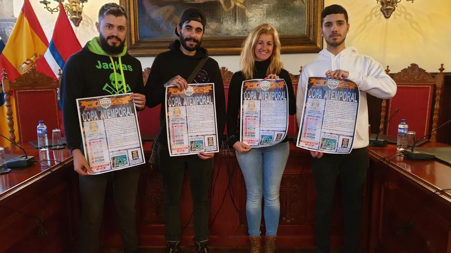 La concejala de Juventud, Virginia Espinosa, con varios jóvenes, con el cartel del torneo de 'Pokémon Go'.