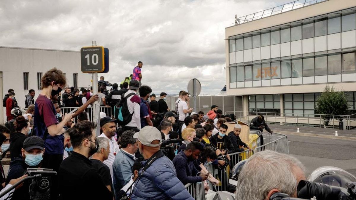 Fanáticos del París Saint Germain aguardaban a Messi en el aeropuerto privado de Bourget.