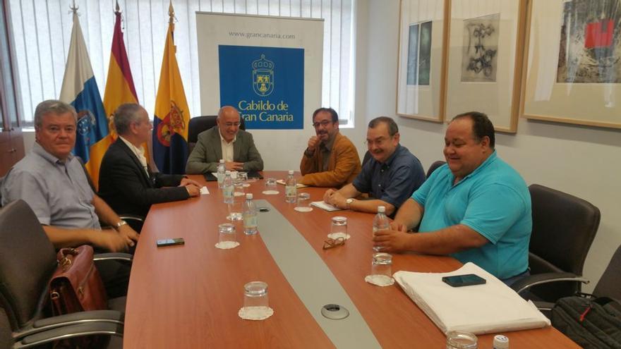 El presidente insular, Antonio Morales, el consejero de Energía, Raúl García Brink, y el coordinador científico del Involcan, Nemesio Pérez, mantuvieron un encuentro.