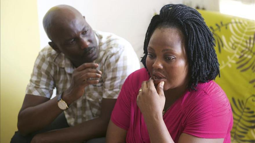 El padre de Adou declara ante el juez mientras la madre viaja a por su hijo