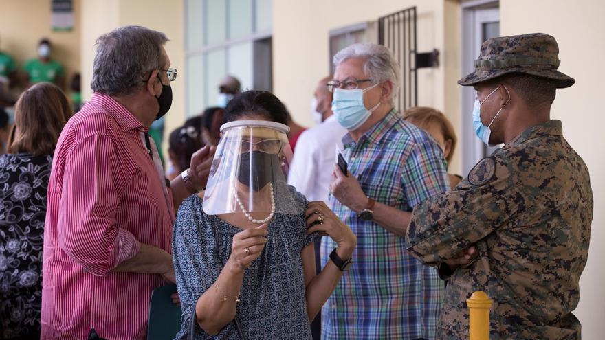 República Dominicana vacuna a mayores de 70 años, un año después del primer caso