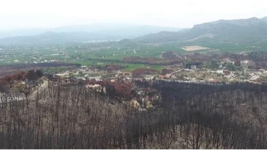 Incendio forestal de Llutxent 2018 afectando a una zona de urbanizaciones.