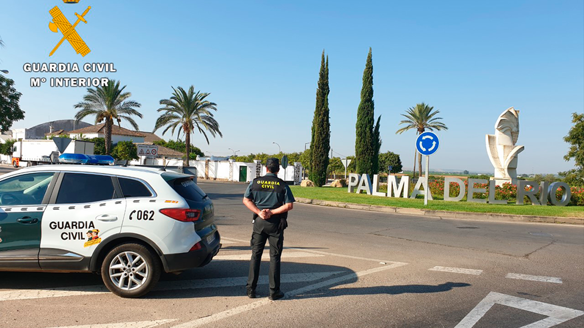 Un agente de la Guardia Civil en Palma del Río.