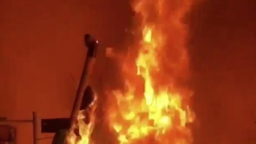 Un patinete ardiendo