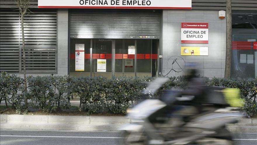 La ayuda de 426 euros beneficiará a 450.000 parados hasta abril de 2016