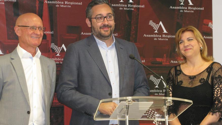 Coronado, Martínez y Tomás en la sala de prensa del Parlamento Regional