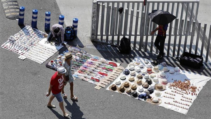 La Audiencia de Tarragona condena a un mantero a prisión por lesionar a un guardia