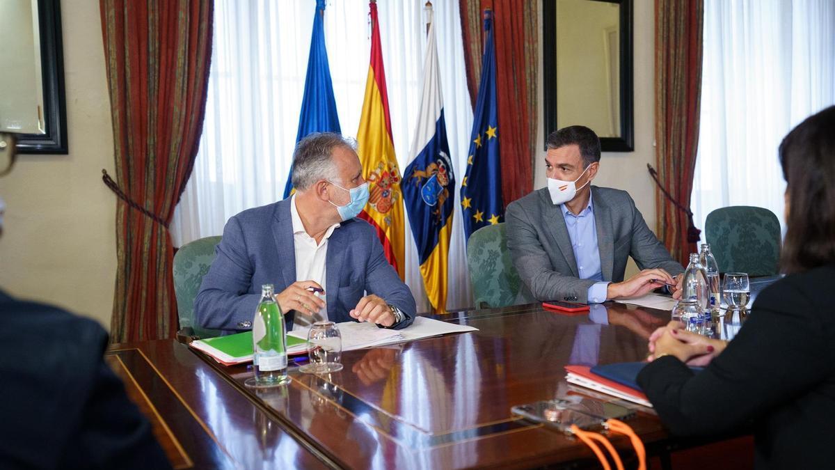 El presidente del Gobierno, Pedro Sánchez, durante una reunión en La Palma con el presidente de Canarias, Ángel Víctor Torres, y los diferentes consejeros del Ejecutivo autonómico para evaluar la situación de la isla en el sexto día de erupción.
