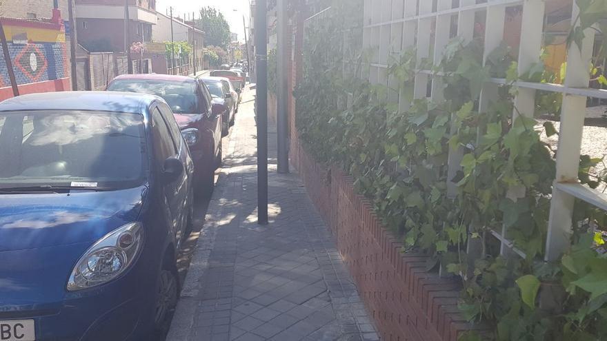 Acera con farolas a través de la que se accede al Centro Base 5 de la Comunidad de Madrid