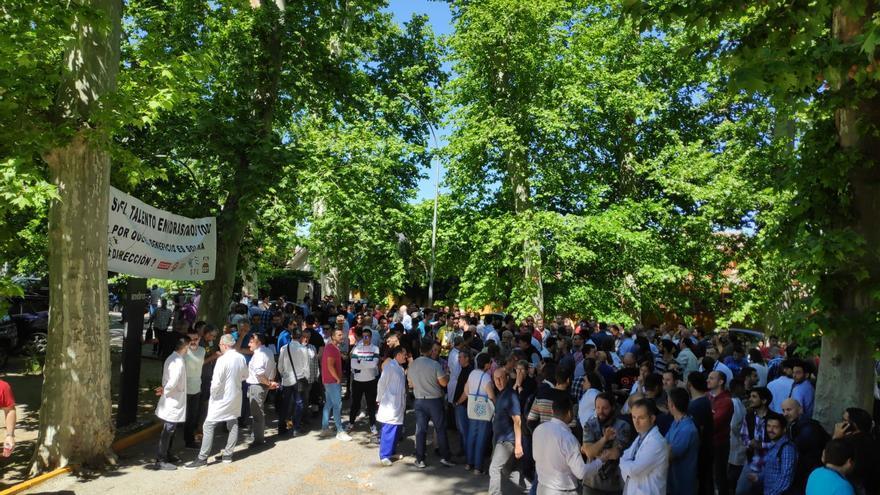 Concentración de los trabajadores de Indra Sistemas frente al centro de trabajo de Aranjuez (Madrid), durante el paro de dos horas convocado este 13 de mayo.