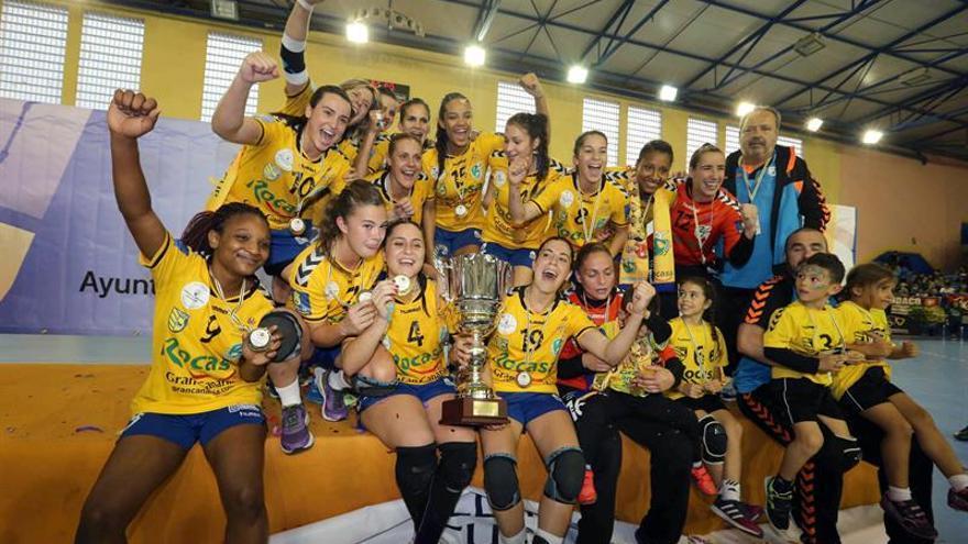 Las jugadoras del equipo de balonmano Rocasa Gran Canaria posan con la copa de ganadoras de la Copa EHF Challenge
